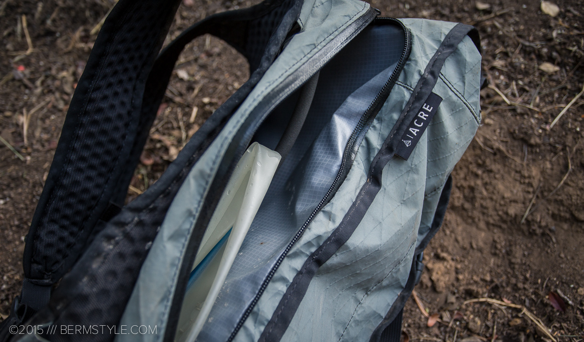 Full zippered opening on the hydration pocket.